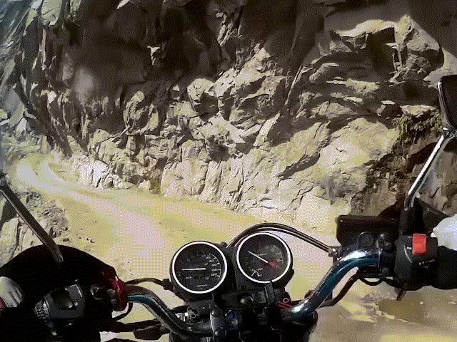 Thót tim với pha đổ đèo dọc sườn núi Himalaya dựng đứng hiểm trở