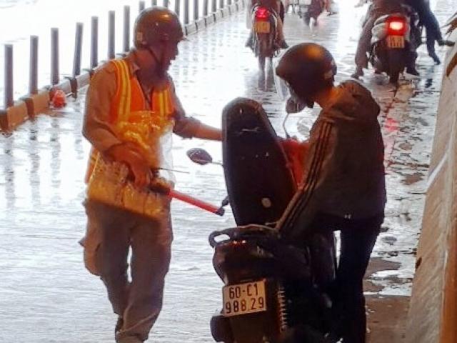 Trú mưa trong hầm vượt sông Sài Gòn, nhiều người bất ngờ với điều này