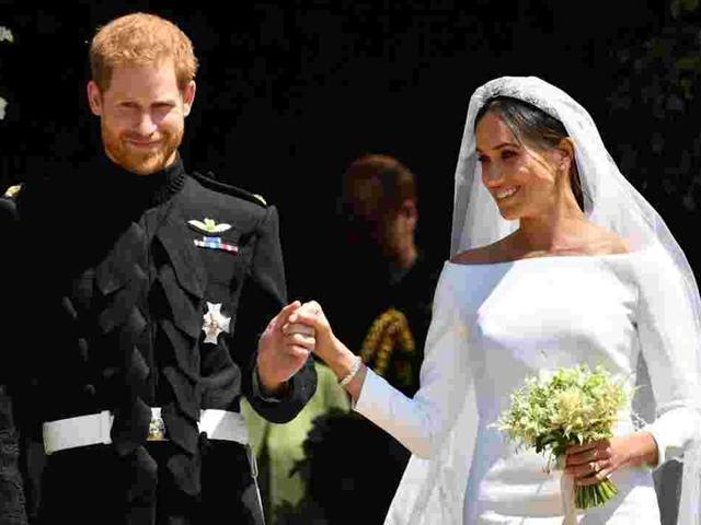 Nhà mốt bị la ó vì tố váy cưới công nương Anh là hàng nhái