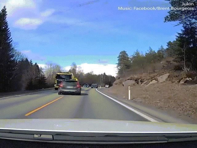 Xem vì sao không bao giờ được rời mắt trên đường khi điều khiển phương tiện