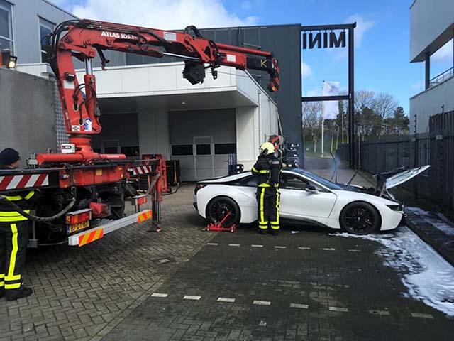 BMW i8 được cấp cứu chữa cháy bằng cách thả vào thùng xà phòng