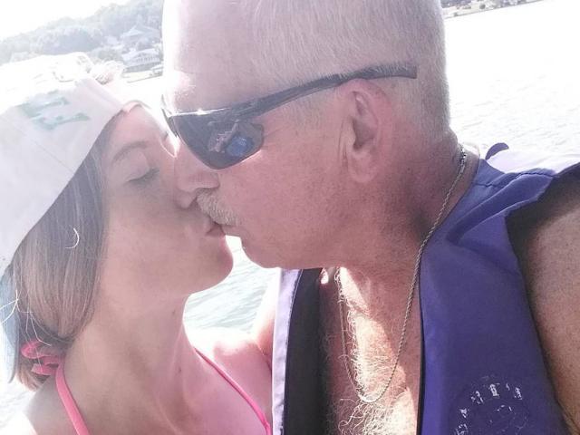 Mẹ đơn thân 19 tuổi trúng tình yêu sét đánh với cụ ông 62