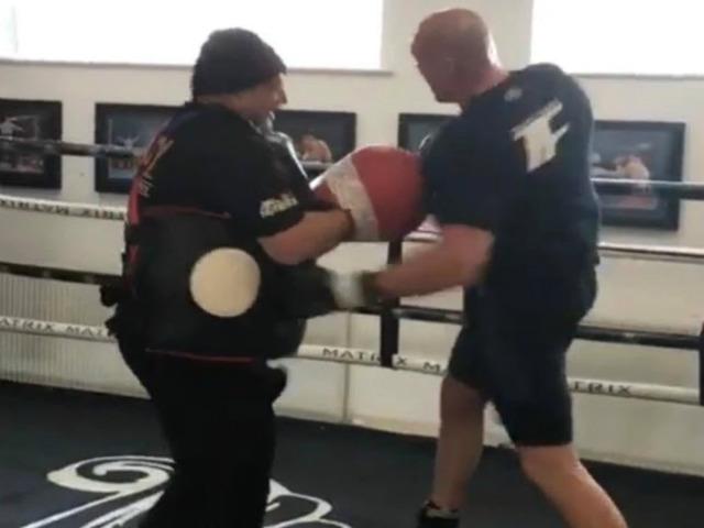 """Kinh ngạc boxing: Tyson Fury đấm """"xuyên giáp"""" HLV quỵ gối xin hàng"""