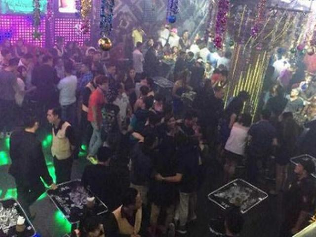 2 nhóm thanh niên mang súng, dao kiếm hỗn chiến vì nữ nhân viên quán bar