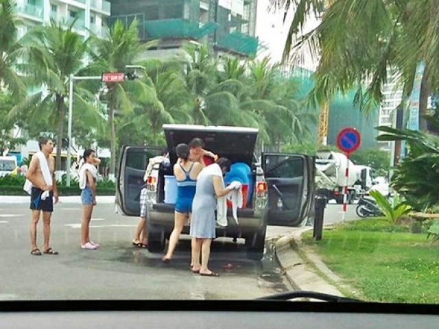 Làm rõ, xử lý du khách đỗ ô tô, tắm tráng giữa đường ở Đà Nẵng