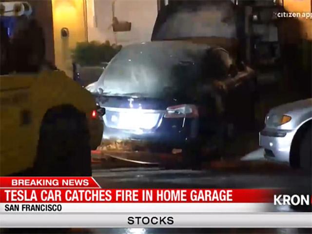 Tesla Model S bỗng dưng bốc cháy trong nhà xe lúc nửa đêm