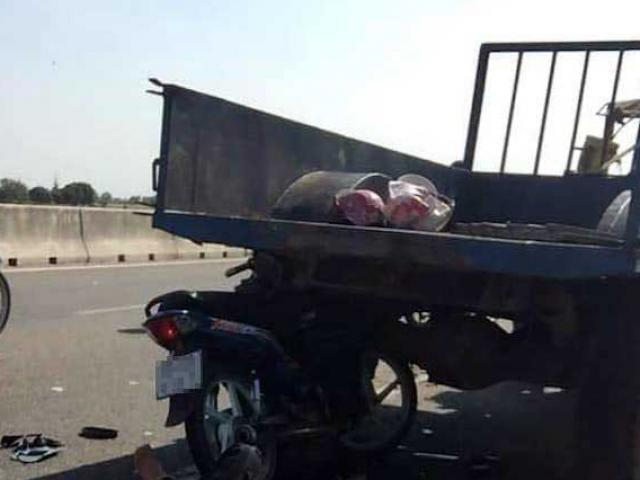 Xe máy tông đuôi máy cày, 2 mẹ con tử vong tại chỗ