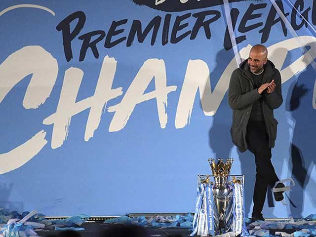 """Man City vô địch Ngoại hạng Anh: Nhuộm xanh """"thành Man"""", Pep vượt Mourinho"""