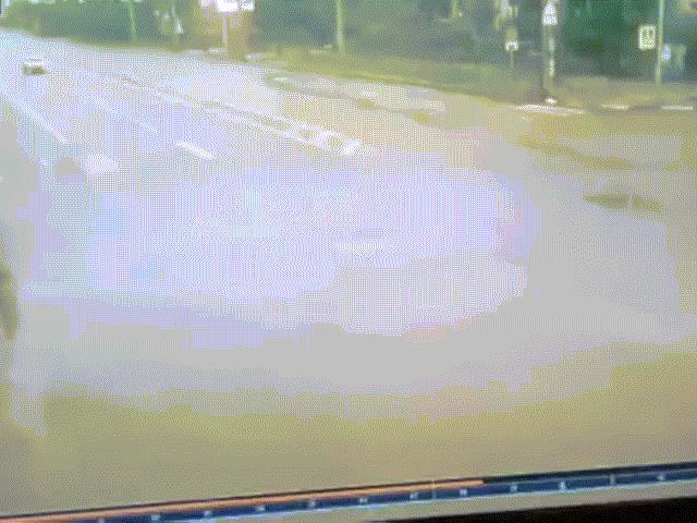 Đối đầu với xe tải trên xa lộ, ô tô con như nổ tung khi va chạm