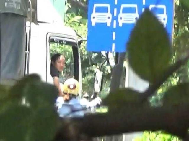 """Điều tra: Các nhóm """"cò"""" dẫn xe qua chốt CSGT"""
