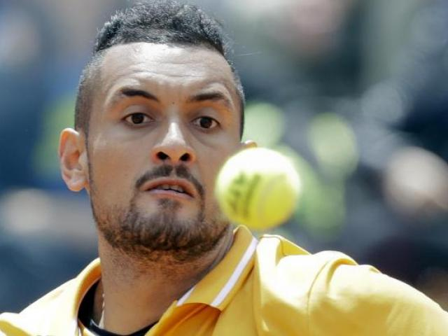 """Bàng hoàng """"Gã điên"""" Rome Masters: Đập vợt, đá chai, ném ghế bỏ về luôn"""