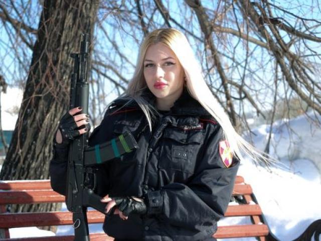 """Nữ """"vệ sỹ"""" đẹp nhất nước Nga: Bắn súng như thần """"hạ"""" 1.000 đối thủ"""