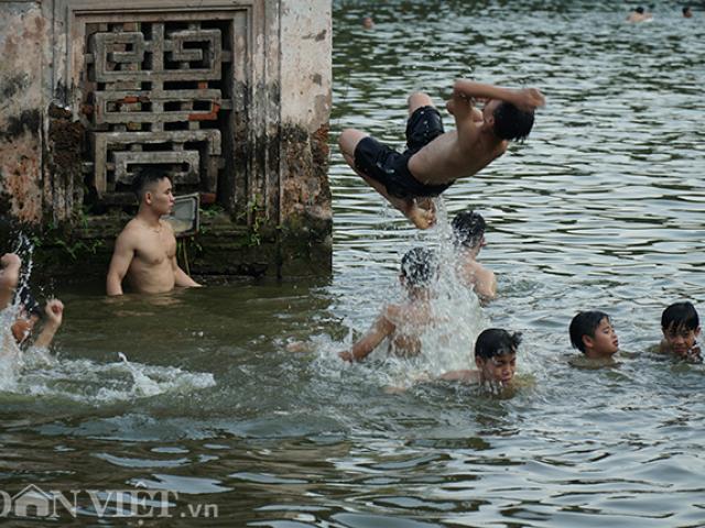 Ảnh, clip: Di tích quốc gia đặc biệt thành bể bơi ngày nắng nóng