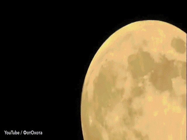 """Zoom cận cảnh mặt trăng, phát hiện """"tập đoàn UFO"""" bí hiểm đang bay?"""