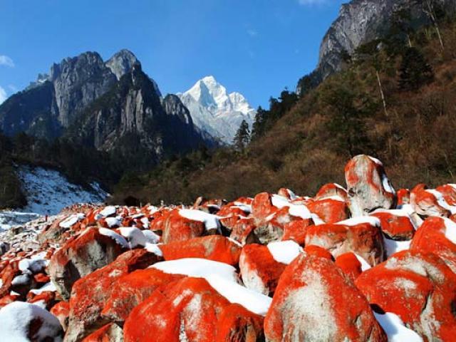 Sông băng, núi tuyết, bãi đá đỏ hút du khách đến con đường tơ lụa cổ đại