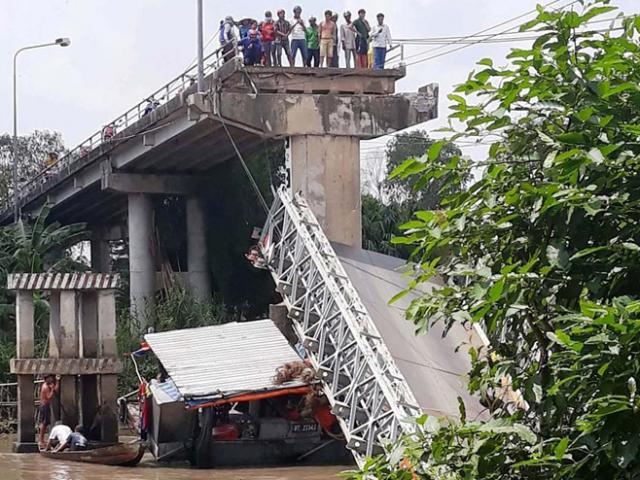 Vừa ngừng thu phí, cây cầu 5 tỉ đồng bất ngờ sập nhịp