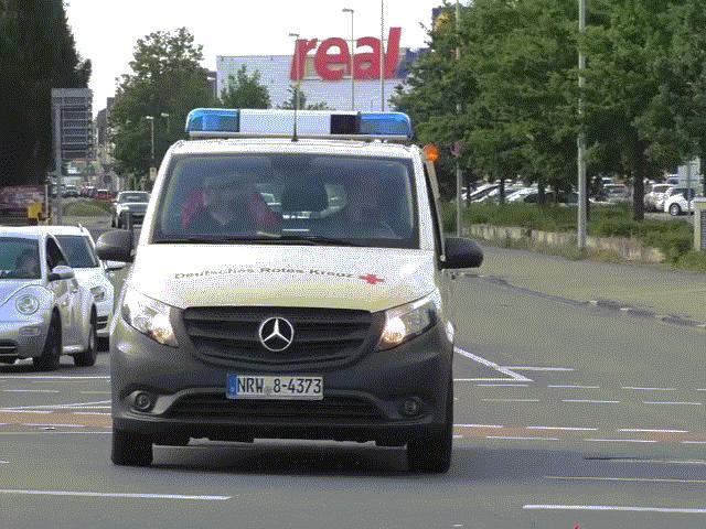Sedan BMW phóng tốc độ cao đâm vỡ đầu xe cứu thương