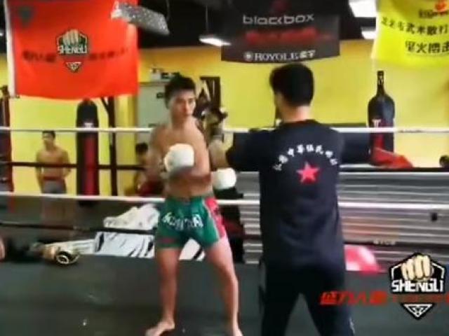 """Cú sốc võ Trung Quốc: Cao thủ Thiếu Lâm dùng """"trò bẩn"""" đánh lén võ sỹ MMA"""
