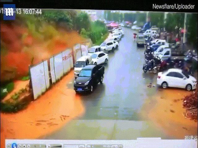 Sạt lở kinh hoàng ở Trung Quốc, ô tô bị cuốn lăn lông lốc