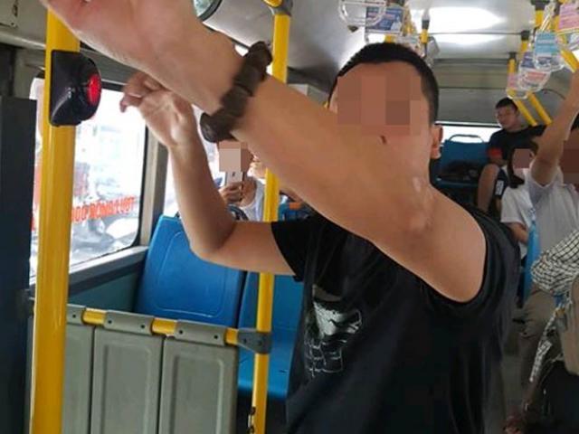 """""""Tự sướng"""" cạnh nữ sinh trên xe buýt, kẻ biến thái bị tóm cổ đưa tới công an"""