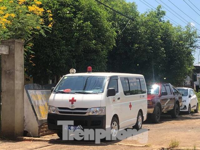 Lãnh đạo bệnh viện ở Đắk Lắk đi dự tiệc cưới bằng... xe cấp cứu