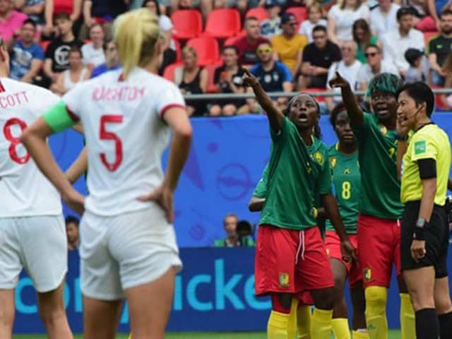 Xấu hổ bạo lực World Cup nữ: Cầu thủ nhổ bọt đối phương, xô ngã trọng tài