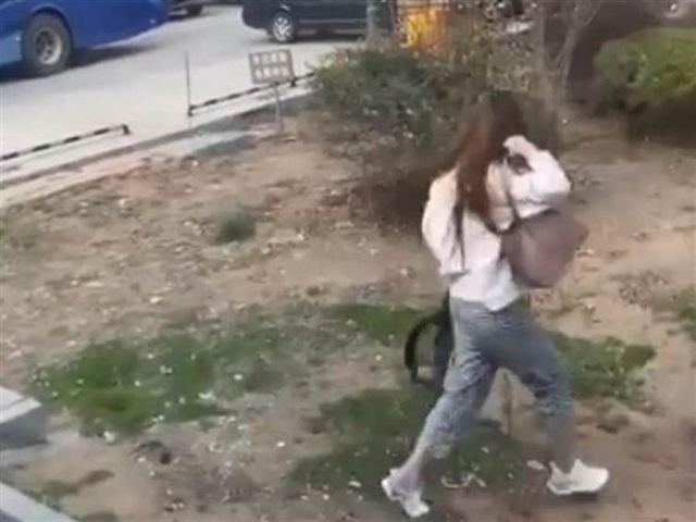 Sợ bị cách ly, nữ du học sinh nhảy khỏi xe bus chạy trốn