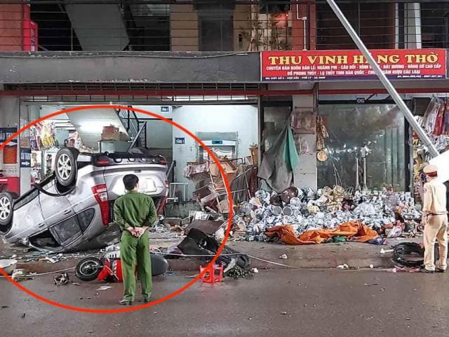 Xe 4 chỗ lật ngửa sau va chạm với xe chở rác, nhiều người bị thương