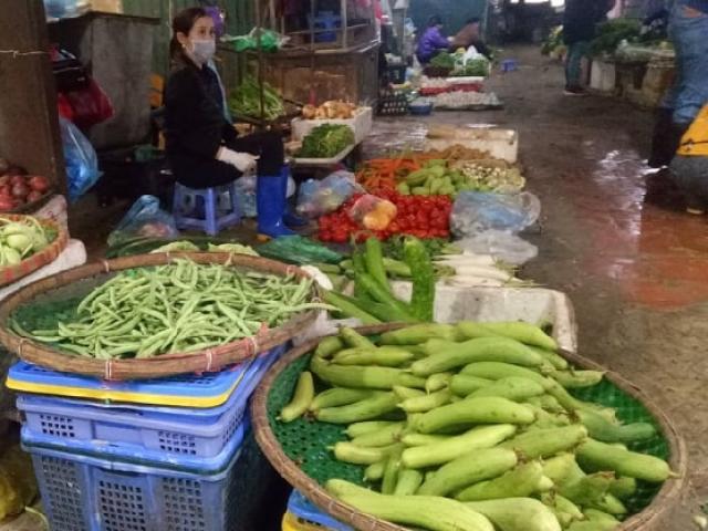 Cảnh khác lạ ở chợ dân sinh mùa dịch COVID-19: Tiểu thương nghe nhạc chờ khách