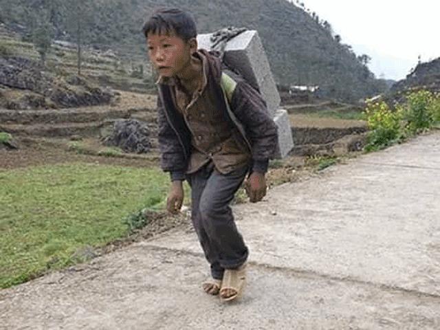 Cận cảnh nơi ở của cậu bé cõng gạch để kiếm tiền ở Hà Giang