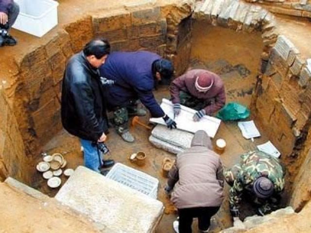 """Ngôi mộ cổ vừa khai quật chuyên gia đã hét lên """"phong tỏa ngay chỗ này"""""""