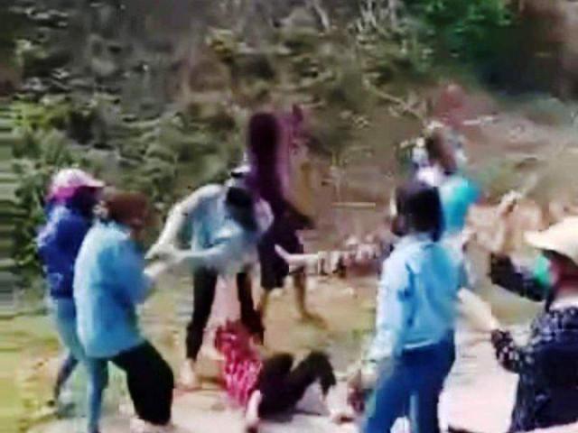 """Hơn 20 nữ sinh cầm gậy sắt hỗn chiến """"kinh hoàng"""" giữa đường"""