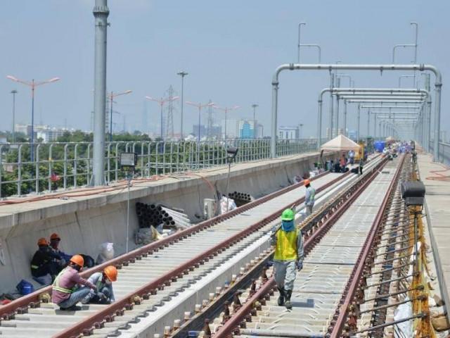 """Cận cảnh công nhân tuyến metro số 1 TPHCM """"đua tốc độ"""" dưới nắng bỏng rát"""
