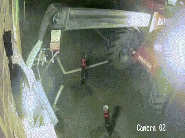 """Trộm dùng máy xúc đánh cắp cây ATM, không ngờ bị cây ATM """"theo dõi"""""""