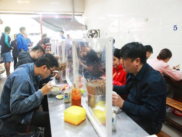 Hà Nội: Quán phở, quán cơm làm vách ngăn phòng dịch Covid-19