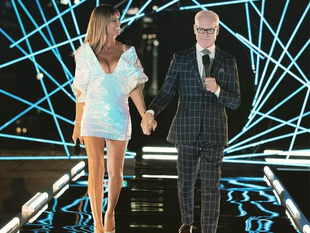 Siêu mẫu Heidi Klum diện đầm của Công Trí trong sự kiện quốc tế về thời trang