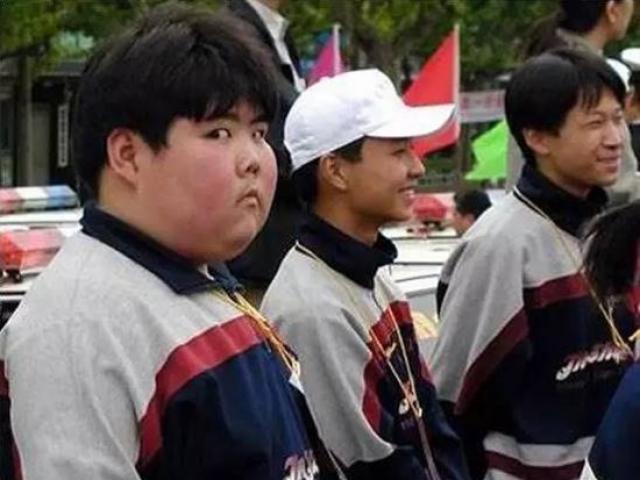 Cậu bé nổi tiếng toàn cầu với bức ảnh chụp lén có màn lột xác ấn tượng sau 17 năm