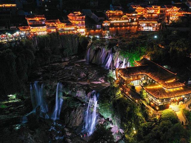 Thị trấn cổ nằm trên đỉnh thác, khung cảnh như chốn thần tiên ai nhìn cũng muốn ghé đến