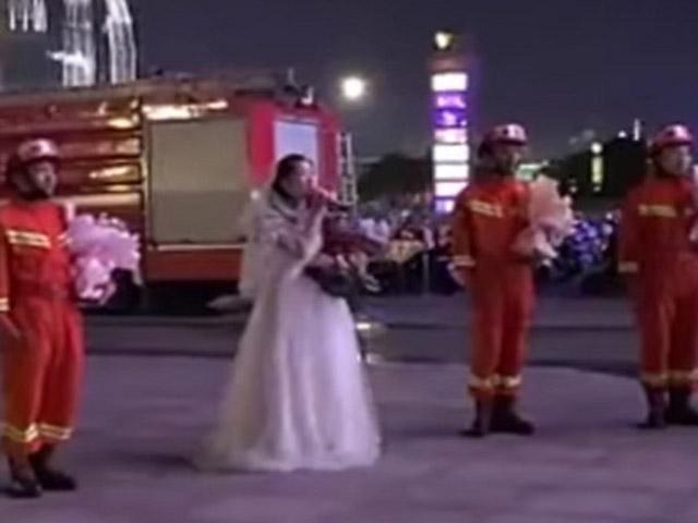 """Màn cầu hôn bất ngờ của nữ y tá khiến chàng lính cứu hỏa """"đứng hình"""""""