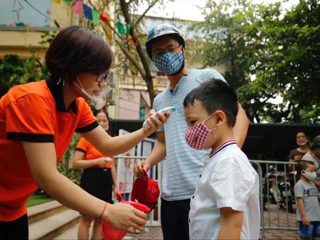 Trường mầm non giao nhận trẻ ở cổng trường