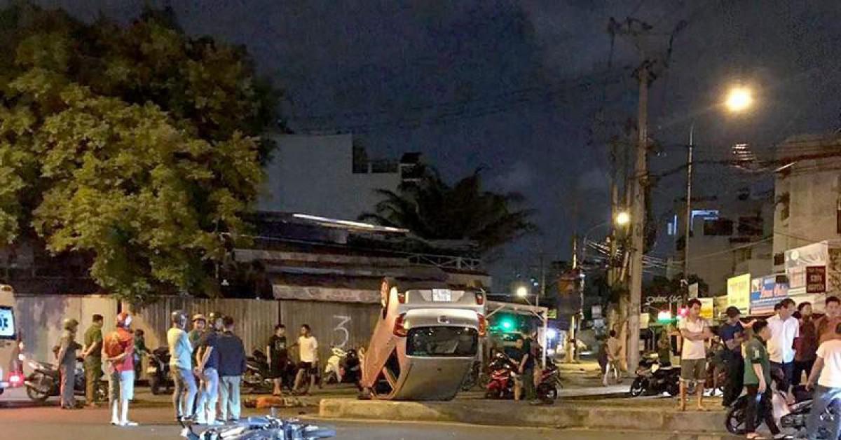 Ô tô lộn vòng sau tai nạn làm 3 người thương vong ở Tân Phú