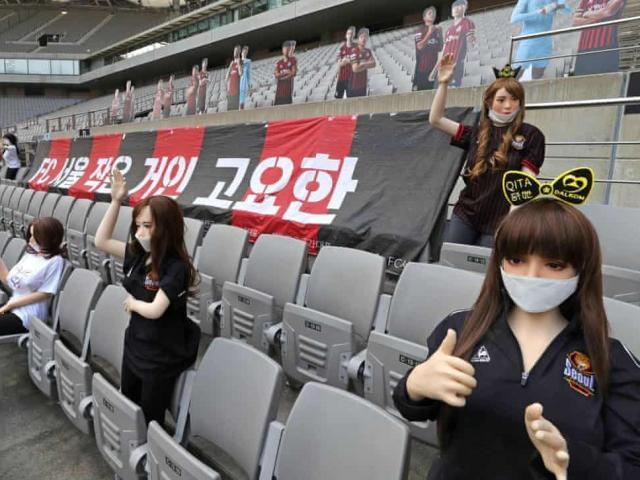 CLB bóng đá Hàn Quốc dùng búp bê tình dục làm cổ động viên và cái kết