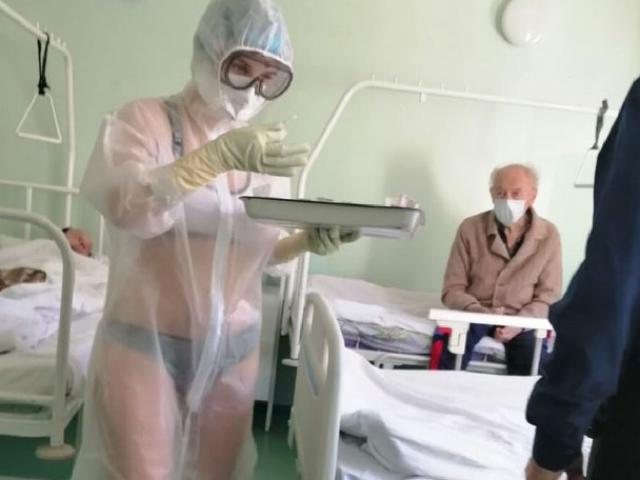 Nữ Y tá Nga để lộ nội y dưới áo choàng bảo hộ gây tranh cãi