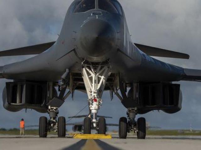 Mỹ đưa quái vật ném bom tới gần Trung Quốc