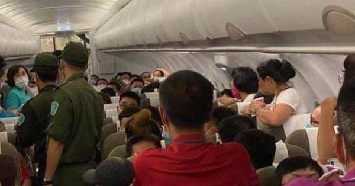 Hai hành khách bị áp tải rời máy bay từ Hà Nội đi TP.HCM