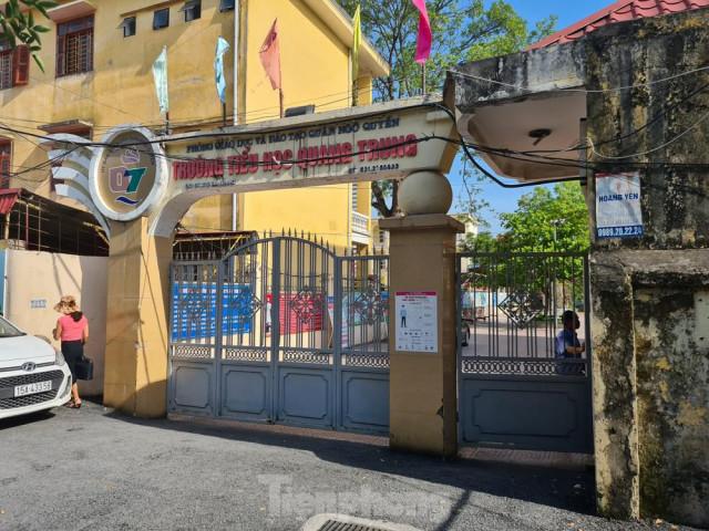 Học sinh tiểu học đội nắng ở cổng trường: Sẽ mở cổng trường cả trong giờ nghỉ trưa