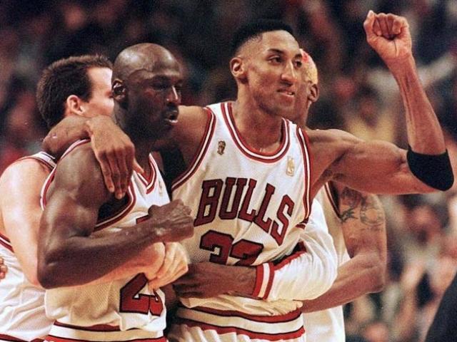 """""""Vua bóng rổ"""" Jordan từ chối mức lương cao khủng khiếp, đồng đội """"vạch mặt"""""""
