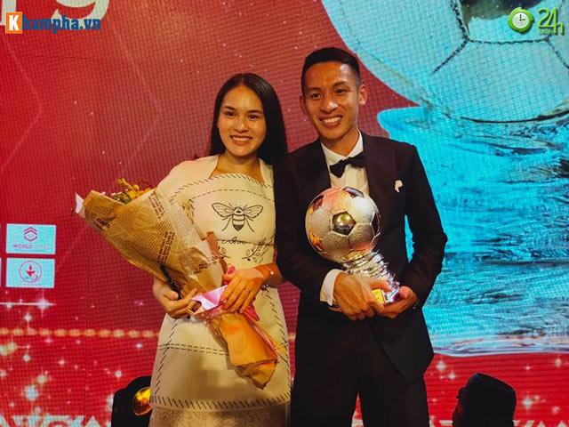 Đỗ Hùng Dũng ăn mừng Quả bóng Vàng Việt Nam cùng vợ xinh đẹp