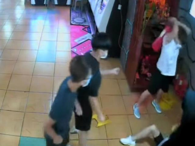Thành viên Hội Tam Hoàng đeo khẩu trang hành hung nam sinh giữa trung tâm mua sắm