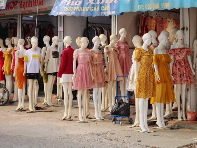 """Choáng ngợp """"phố chân dài"""" độc nhất vô nhị ở Hà Nội, bán hàng theo cách """"không giống ai"""""""